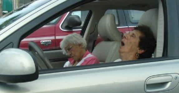 Politiet stoppet 5 gamle damer på veien. Når vi får vite HVORFOR klarer vi ikke slutte å le!