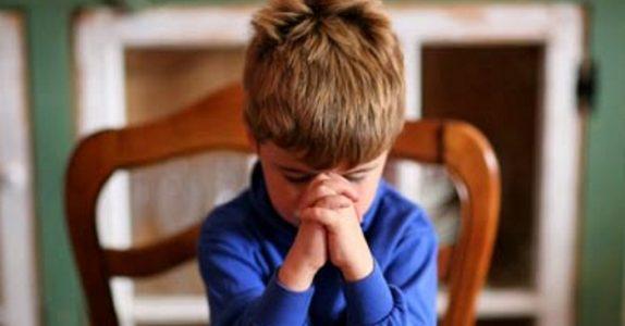 Den lille gutten ville ikke be bordbønn. Grunnen? Jeg ler så jeg rister!