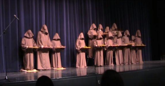 14 munker står helt stille på scenen. 7 sekunder senere? Jeg ler så tårene triller!