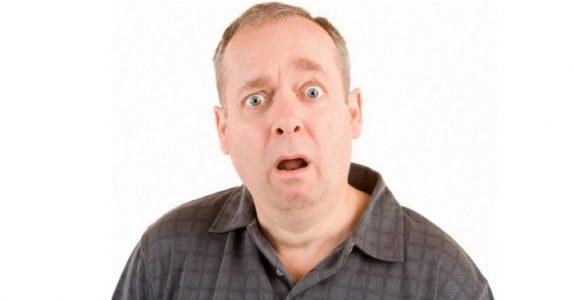 Han finner forloveden i senga med huseieren… Forklaringen hans? Jeg ler så jeg rister!