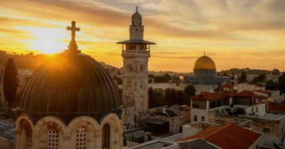 Kona hans dør på ferie i Israel. Han har nå to valg. Jeg ler så jeg rister!
