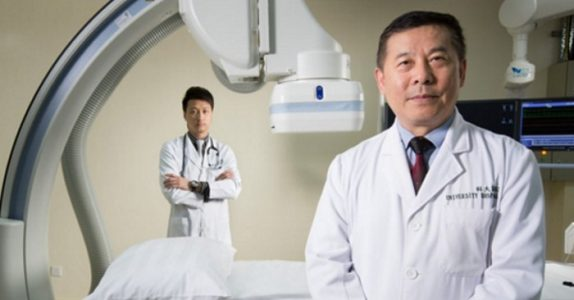 Advokaten prøver å lure den kinesiske legen for penger. Svaret han får? Jeg ler så jeg rister!