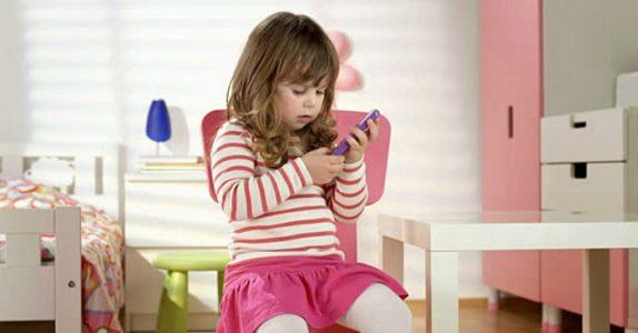 Faren ringer hjem og finner ut at moren er på soverommet med onkel Pål. Jeg ler så tårene triller!