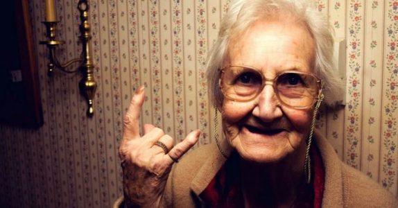 Lokalavisen intervjuet 105-åringen. Hennes hemmelighet? Jeg ler så tårene triller!