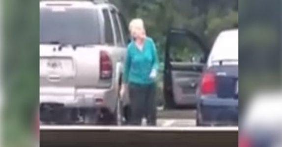 Den gamle damen tror hun er alene på parkeringsplassen. Men det kamera fanger får meg til å le HØYT!