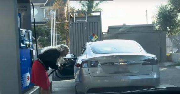 Blondinen prøver å fylle bensin på sin Tesla. Jeg ler så tårene triller!