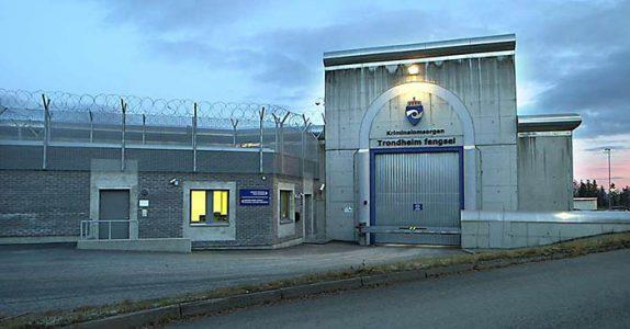 Kona besøker mannen i fengselet. Men det hun sier? Jeg ler så tårene triller!